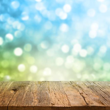 Table en bois du pont sur le magnifique fond vert Banque d'images - 43359108