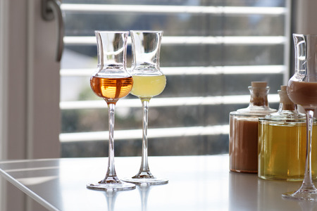 farbe: Brandy in two glasses in front of modern background