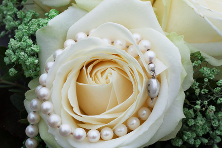 pearl necklace: Wedding pearls with white roses