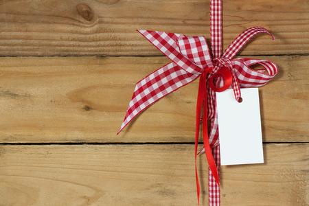 Dekoration mit Geschenk-Tag auf Holzuntergrund Standard-Bild - 43360574