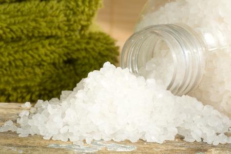 Spa scène avec des sels de bain blancs et serviettes vertes Banque d'images - 43872219