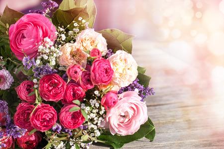 bodas de plata: ramo romántico con rosas de color rosa sobre un fondo de la vendimia Foto de archivo