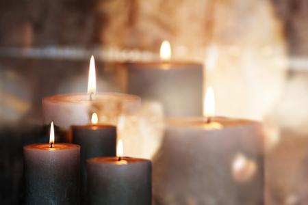 Brûler des bougies devant un fond de fête Banque d'images - 63841563