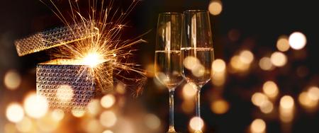 Sparkling Nouvel An souhaite avec du vin mousseux et les lumières d'or Banque d'images - 63841700