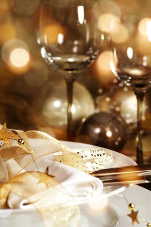 Décoration de Noël avec bokeh pour un dîner et vin de fête Banque d'images - 65976084
