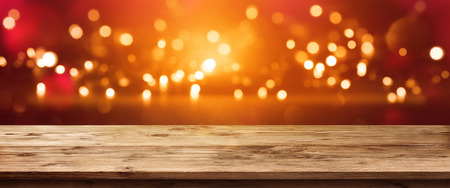 Bright sparkling panorama in front of a empty wooden table for a festive concept Standard-Bild