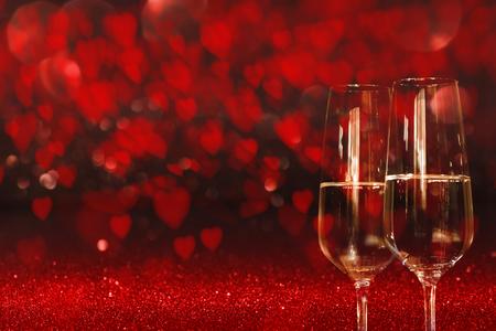 Valentinsgrußtageshintergrund mit einem Himmel voll des roten Herzens und zwei Glas Champagners für ein Konzept Standard-Bild
