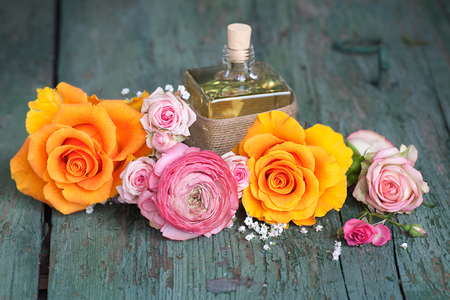 veneno frasco: Still life with colorful roses and a gift on an old shabby wooden table for mothers day