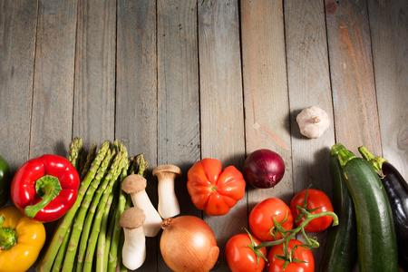 Frisches buntes Gemüse auf schäbigem Holz für ein Ernährungskonzept Standard-Bild - 74187930
