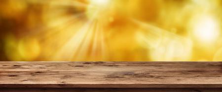フォーカスの木とコンセプトの空の素朴な木製のテーブルから日当たりの良い春の背景