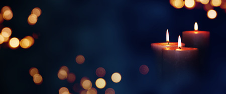Candle lights in blue darkness with golden bokeh for solemn moments 免版税图像 - 82609773