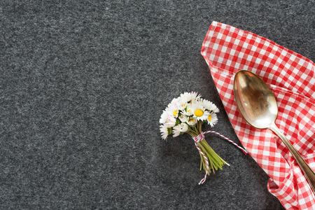 Tafeldecoratie met bloemen en bestek voor een diner
