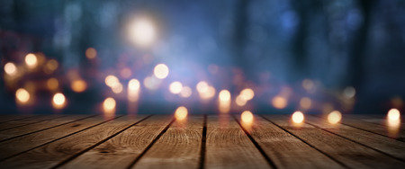 Lichter in einem dunklen Wald mit Mondschein und rustikalen Holzboden für Halloween Standard-Bild - 83885227