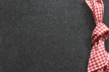 Beierse tafeldecoratie op een grijze vilten mat met rood geruit servet voor een meest oktoberfest