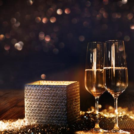 Helle leuchtende Geschenkbox mit Champagner- und bokeh Hintergrund für Glückwunsch Standard-Bild - 87600529