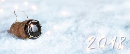 Fond de nouvel an 2018 avec bouchon de champagne dans la neige Banque d'images - 90460160