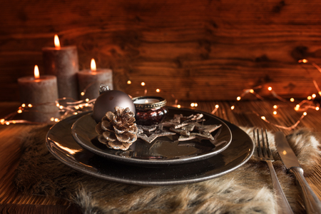 Festive christmas table setting with candles for a menu Imagens