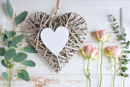 Decoración del día de las madres con tiernas rosas rosadas sobre fondo blanco de madera vintage