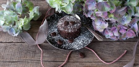 Romantic floral decoration with chocolate cake in vintage style Stock fotó