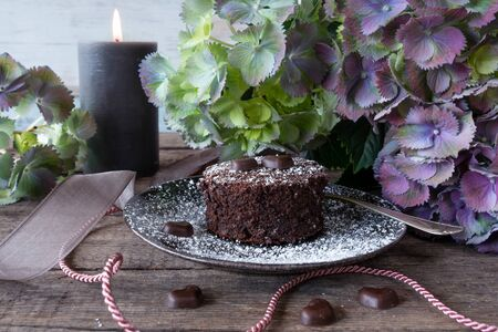 Romantic flower decoration with chocolate cake in vintage stil Stock fotó
