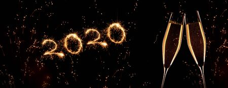 New year 2020 fireworks on sky with golden champagne Banque d'images - 131472784