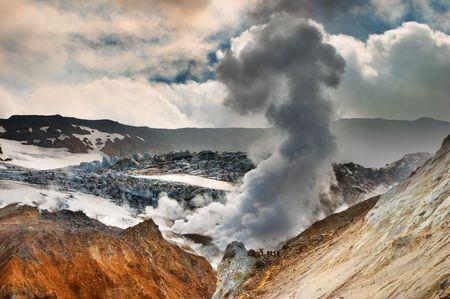 kamchatka: Persone attive all'interno cratere vulcanico, vulcano Mutnovsky, Kamchatka