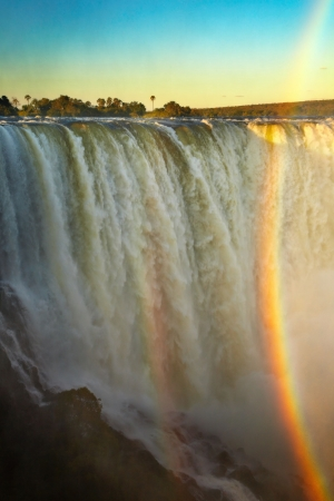 simbabwe: Victoria Falls bei Sonnenuntergang, Blick aus Simbabwe