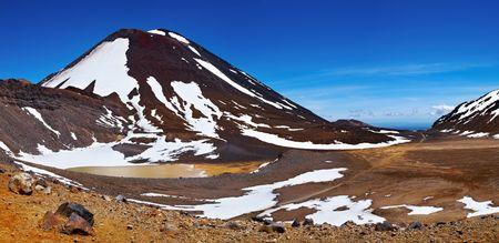crater highlands: Monte Ngauruhoe, Parque Nacional de Tongariro, Nueva Zelanda Foto de archivo