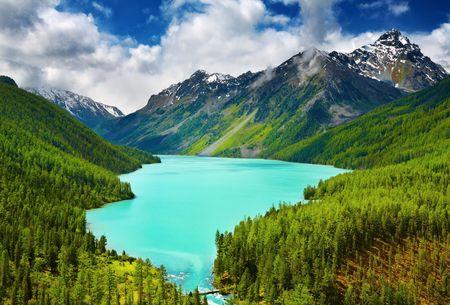 Hermosa laguna de color turquesa Kucherlinskoe en las montañas de Altai Foto de archivo