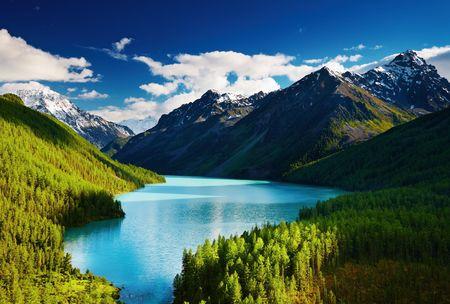 montañas nevadas: Hermosa laguna de color turquesa Kucherlinskoe en las montañas de Altai
