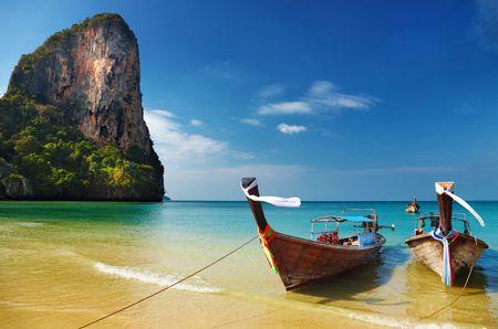 Tropisch strand, traditionele lange staart boten, Andaman zee, Thailand Stockfoto