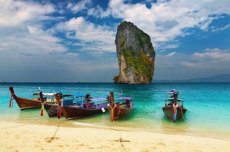krabi: Spiaggia tropicale, longtail tradizionali barche, mare delle Andamane, Thailandia