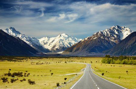montañas nevadas: Paisaje con carretera y nevados Montes, los Alpes del Sur, Nueva Zelanda