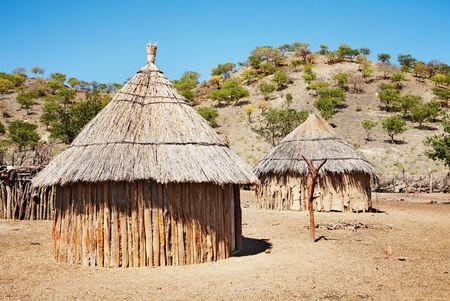Chozas tradicionales del pueblo himba, Namibia, Kaokoland  Foto de archivo