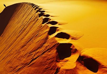 duna: Huellas sobre dunas de arena, el desierto del Sahara, Argelia
