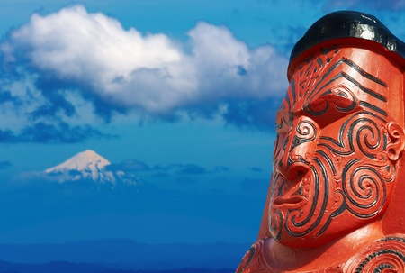 Traditional maori carving and Taranaki Mount, New Zealand Banque d'images