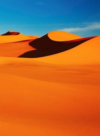 pustynia: Dune piasku w Saharze na zachód słońca, Tadrart, Algieria