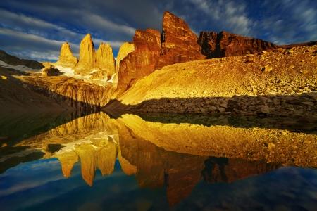 日の出、トレス デル パイネ国立公園、パタゴニア、チリでの反射の塔