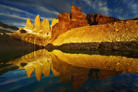 del: Towers with reflection at sunrise, Torres del Paine National Park, Patagonia, Chile Stock Photo