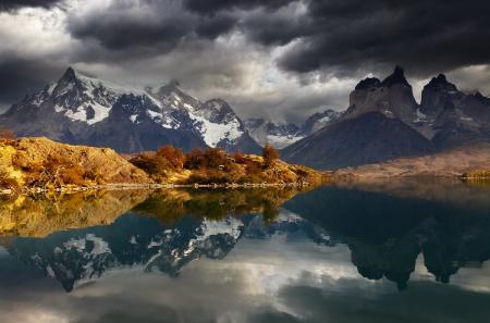 トレス デル パイネ国立公園、湖 Pehoe、Cuernos 山脈、パタゴニア、チリでの日の出