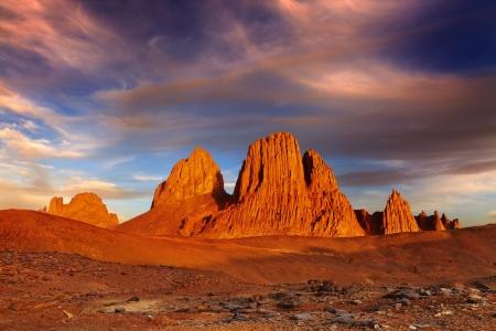 desierto del sahara: Puesta de sol en el desierto del Sahara, las montañas de Hoggar, Argelia Foto de archivo