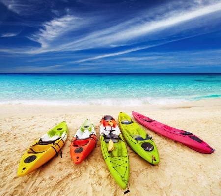 熱帯のビーチ、タイでカラフルなカヤック