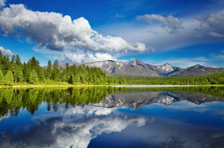 Hermoso lago en las montañas de Altai Foto de archivo