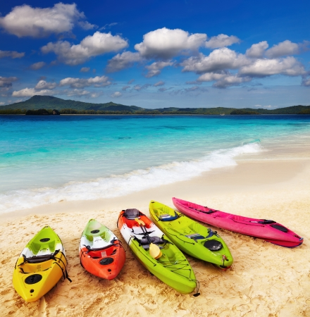 ocean kayak: Colorful kayaks en la playa tropical Foto de archivo