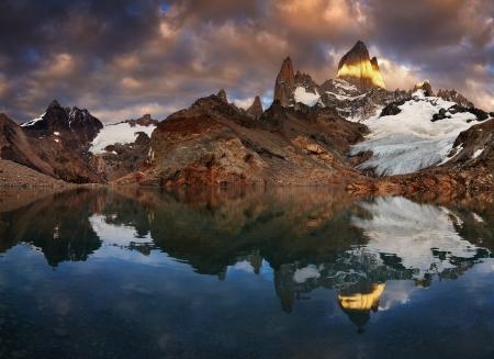 fitzroy: Laguna de Los Tres and mount Fitz Roy at sunrise, Patagonia, Argentina Stock Photo