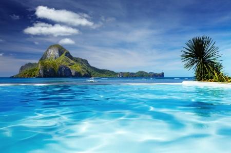Landschaft mit Schwimmbad und Cadlao Insel im Hintergrund, El Nido, Philippinen