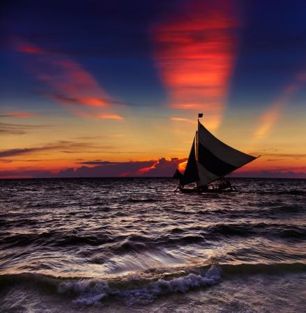 ヨット、ボラカイ島、フィリピンの熱帯の夕日