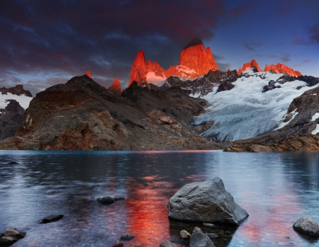 Laguna de Los Tres and mount Fitz Roy, Dramatical sunrise, Patagonia, Argentina 스톡 콘텐츠
