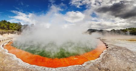 vapore acqueo: Champagne Pool in Waiotapu Thermal Reserve, Rotorua, Nuova Zelanda Archivio Fotografico