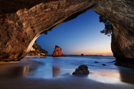 nowy: Cathedral Cove na wschód słońca, Coromandel Peninsula, Nowa Zelandia Zdjęcie Seryjne